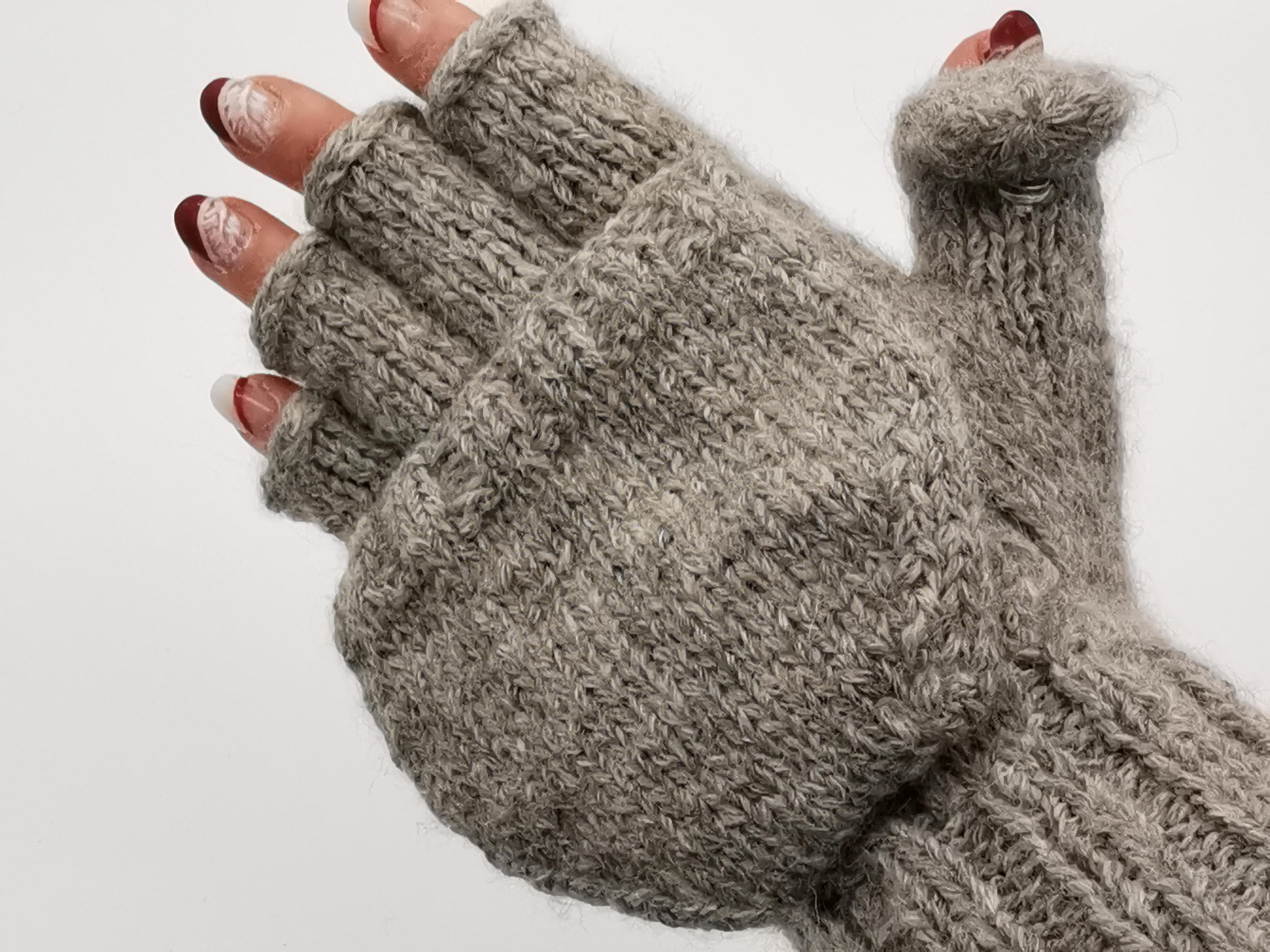 Hochwertige, Handschuhe, Pulswärmer mit angestrickten Fingern, Daumen und Kapuze aus Babyalpaka Farbe: Hellgrau   Handmade by Millwa
